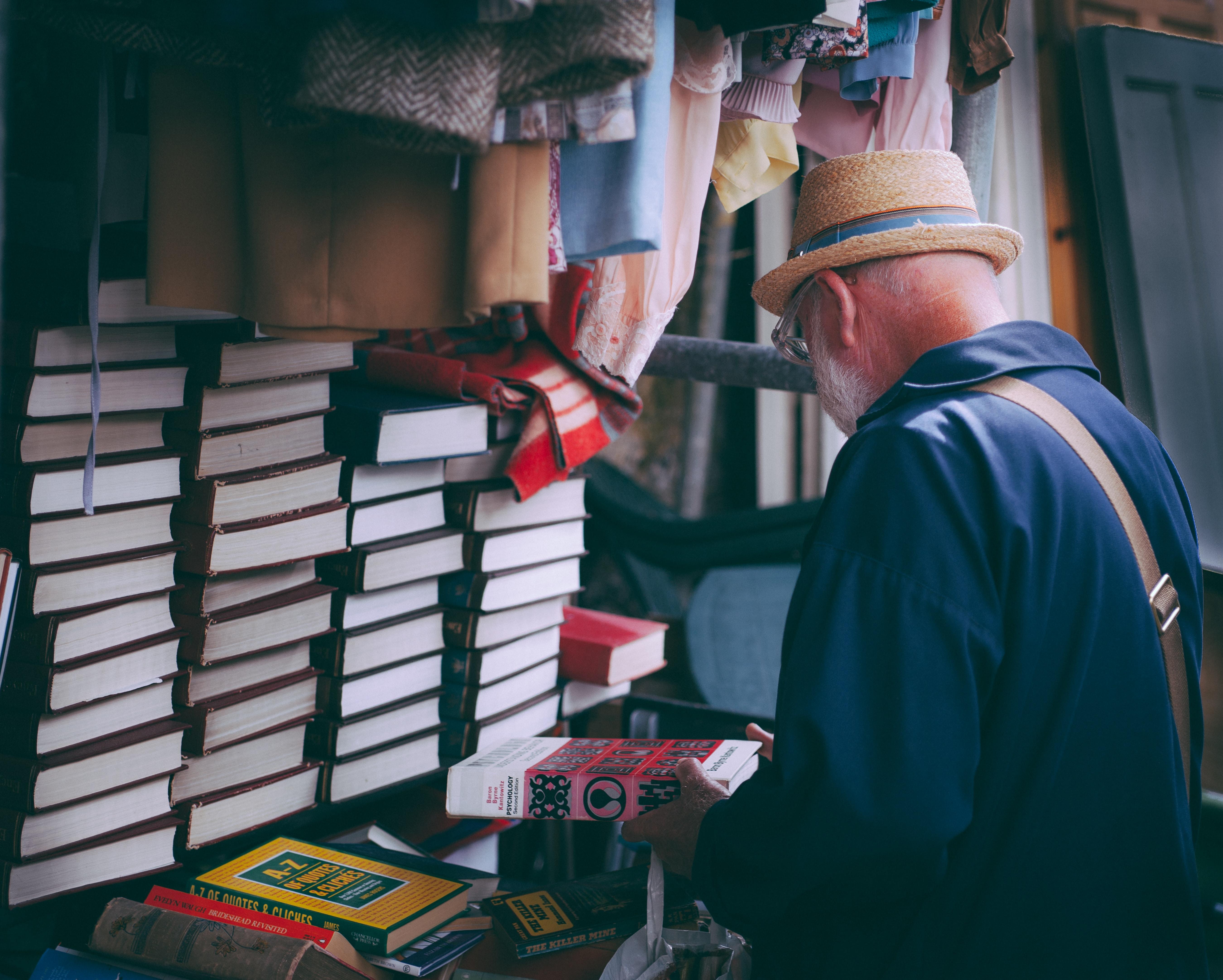 uomo che osserva libri stampati